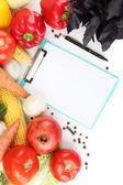 新鮮な野菜やスパイスを紙のノート、白で隔離されます。 — ストック写真