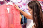 Hermosa joven en tienda — Foto de Stock
