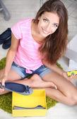 красивая девушка выбирает обувь в номере — Стоковое фото