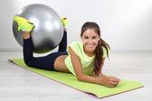 Krásná mladá dívka dělá cvičení doma — Stock fotografie