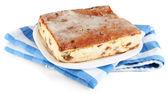 用上餐巾上白色隔离板上葡萄干奶酪砂锅 — 图库照片