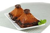 Bolos de chocolate deliciosos em close-up de placa — Foto Stock