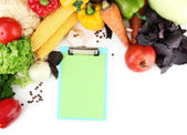 新鲜的蔬菜和香料和纸的白色上被隔绝的笔记 — 图库照片