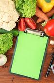 φρέσκα λαχανικά και μπαχαρικά και χαρτιού για σημειώσεις, σε ξύλινο φόντο — Φωτογραφία Αρχείου