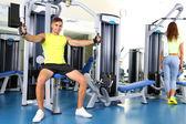 男生和女生从事模拟器在健身房 — 图库照片