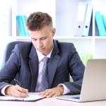 Porträt des jungen Geschäftsmann arbeiten im Büro — Stockfoto