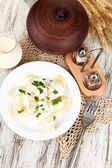 Chutné knedlíky se smaženou cibulí na bílém štítku, na dřevěné pozadí — Stock fotografie