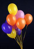 Bunten luftballons isoliert auf schwarz — Stockfoto