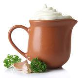 Creme de leite no jarro isolado no branco — Foto Stock