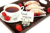 Xícara de chá com bolos na bandeja de madeira isolado no branco — Foto Stock