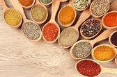 在木勺子木制背景上香料的分类 — 图库照片