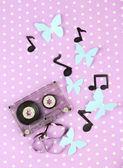 紫色の背景に古いカセット — ストック写真