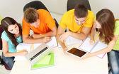 Groep van jonge studenten zitten in de kamer — Stockfoto