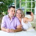 Foto de pareja joven teniendo con el teléfono móvil en el restaurante — Foto de Stock