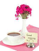 Beau bouquet de phlox avec tasse de thé isolé sur blanc — Photo