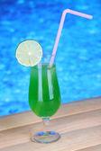 游泳池背景上的美味鸡尾酒 — 图库照片