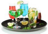 Molti bicchieri di cocktail sul vassoio, isolato su bianco — Foto Stock
