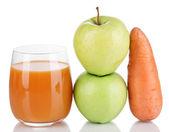 Söta äpplen, saft och morot isolerad på vit — Stockfoto