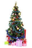 Beyaz izole hediyeler ile dekore edilmiş noel ağacı — Stok fotoğraf