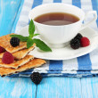 Cup of tea with cookies and berries on table close-up — Stock Photo