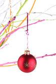 Weihnachten spielzeug hängen zweig isoliert auf weiss — Stockfoto