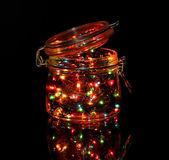 Noel ışıkları koyu arka plan üzerinde cam şişe — Stok fotoğraf