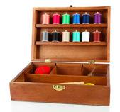 Kit de costura en caja de madera aislada en blanco — Foto de Stock