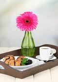 含早餐,木桌上,轻背景上的木托盘 — 图库照片