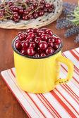 Ciliegio dolce in coppa sul primo piano tavolo — Foto Stock