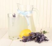 Limonata lavanda, su sfondo bianco in legno — Foto Stock