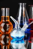 Vetreria di laboratorio su sfondo nero — Foto Stock