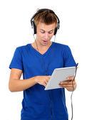 Stilig ung man lyssnar på musik isolerad på vit — Stockfoto