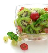 Lecker Obstsalat in Glasschüssel, isoliert auf weiss — Stockfoto