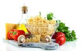 Makaron z oliwek, sera i warzyw na białym tle — Zdjęcie stockowe
