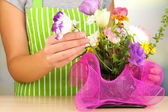 Florist makes flowers bouquet — Stock Photo