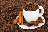 Grãos de café na xícara close-up — Foto Stock
