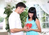 Vackra unga romantiska par i café — Stockfoto
