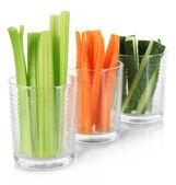 świeżego selera zielony z warzywami w okularach na białym tle — Zdjęcie stockowe