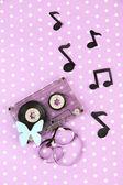 Alte kassette auf lila hintergrund — Stockfoto