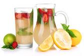 Limonade de basilic avec les fraises, isolé sur blanc — Photo