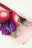 Slavnostní jídelní stůl nastavení, s květinami, izolované na bílém — Stock fotografie
