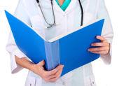 カルテを医者の手。白で隔離されます。 — ストック写真