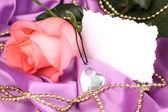 Hermosa rosa con colgante de corazón — Foto de Stock