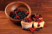 Smaczne babeczki z jagody na drewnianym stole — Zdjęcie stockowe