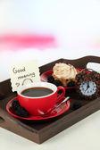 Tasse de thé avec des gâteaux sur un plateau en bois sur la table dans la salle — Photo
