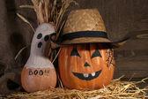 Halloween pompoenen op donkere achtergrond — Stockfoto