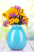 Bouquet di fiori di calendula in vaso su un tavolo in legno su fondo naturale — Foto Stock