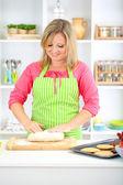 Donna in cucina durante la cottura dei biscotti — Foto Stock
