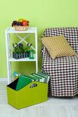 Tijdschriften en mappen in groene vak op verdieping op kamer — Stockfoto