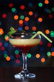 Välsmakande björnbär cocktail på ljus bakgrund — Stockfoto
